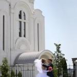 На прогулке возле храма. Свадьба Сергея и Наталии в Старом Осколе на фото.
